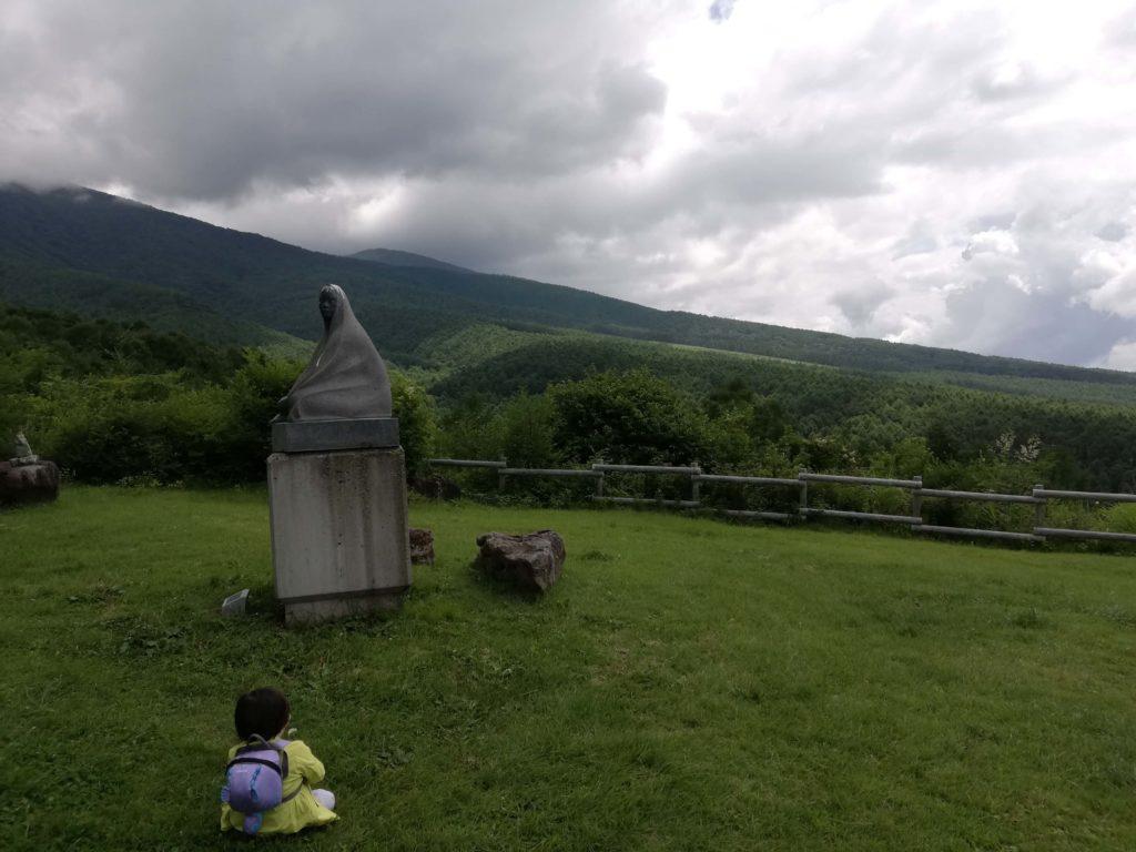 ペットと遊ぶ 長野県富士見町 富士見高原リゾート なぞの銅像